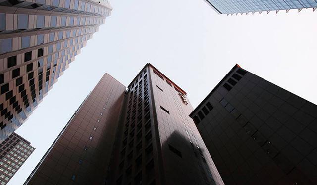 晃动一幢摩天大厦需要多少人?