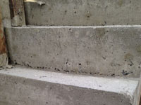 浇筑混凝土楼梯侧面拆模有孔洞