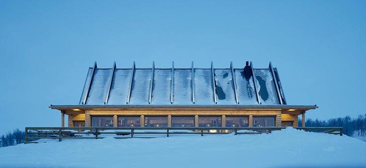 """皑皑雪山上的""""白桦树""""餐厅的建筑"""